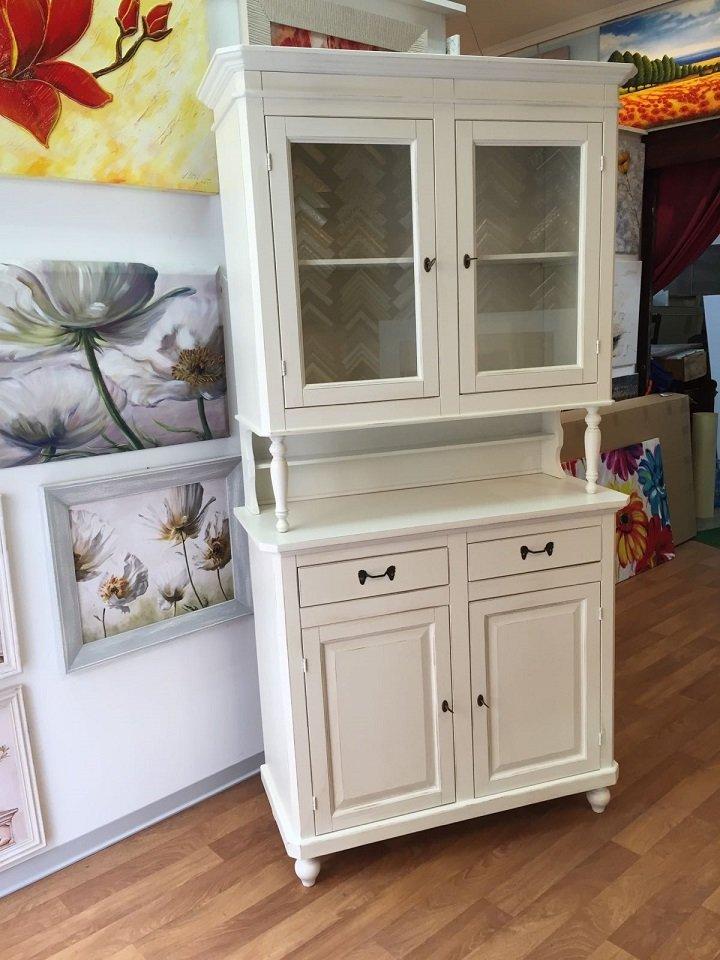 mobile bianco con una vetrina in alto, due cassetti e due ante in basso