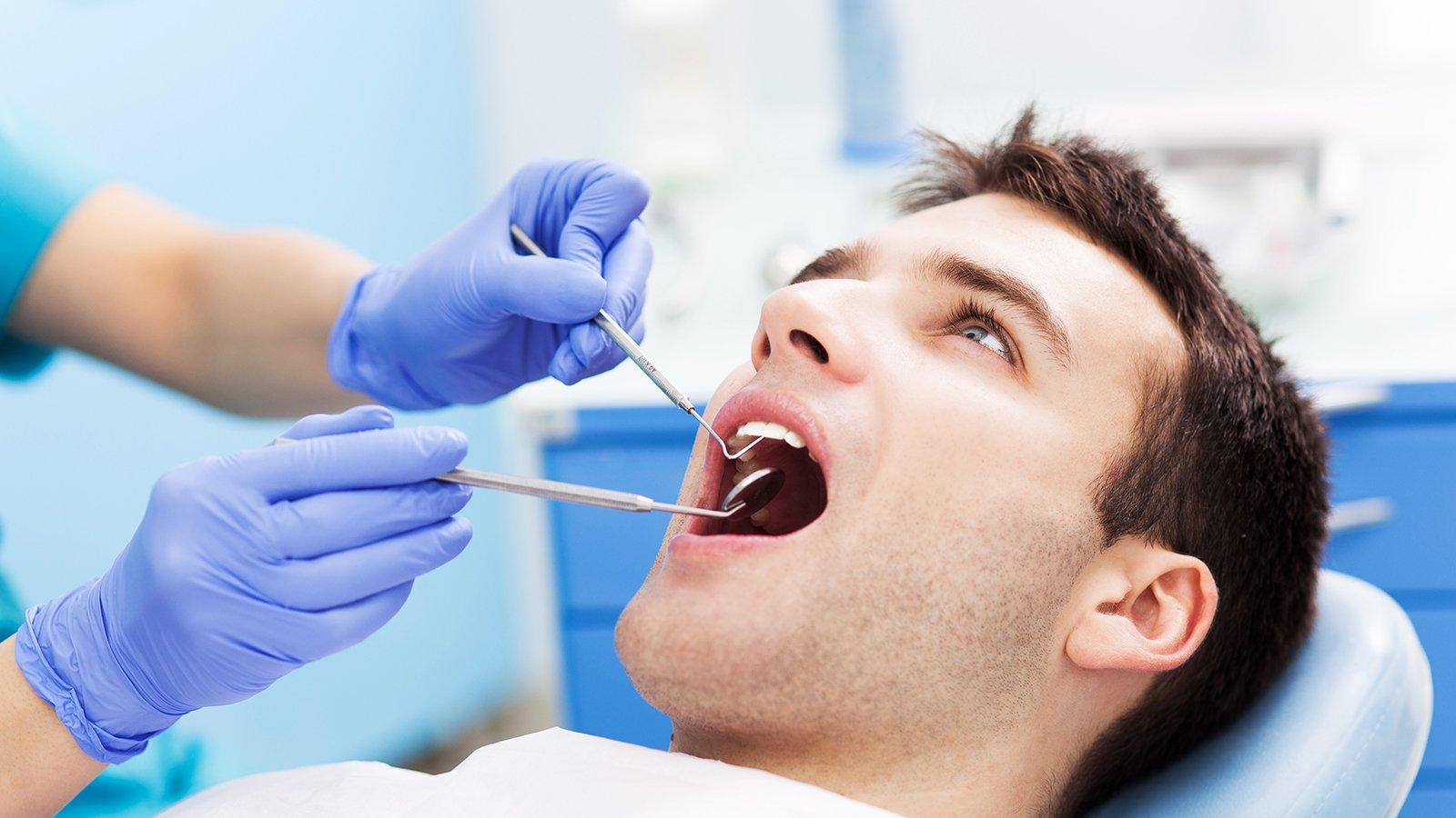 l'uomo presso il dentista