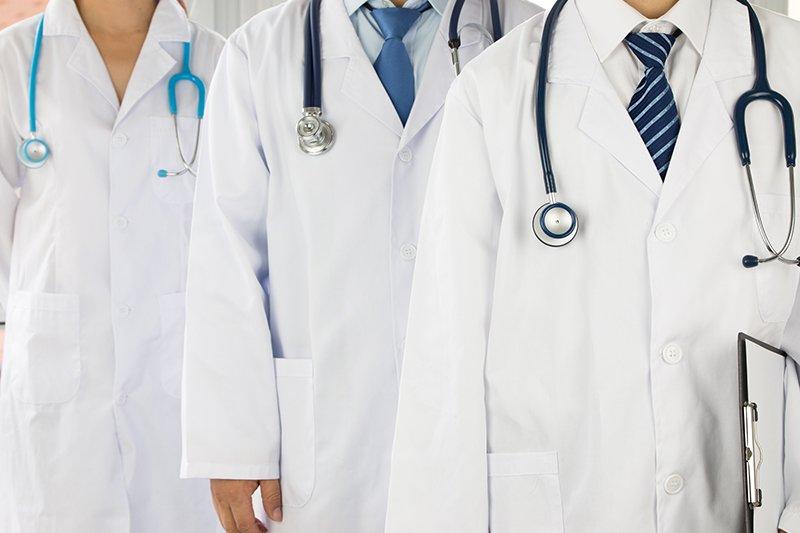 team di medici e infermieri in ospedale