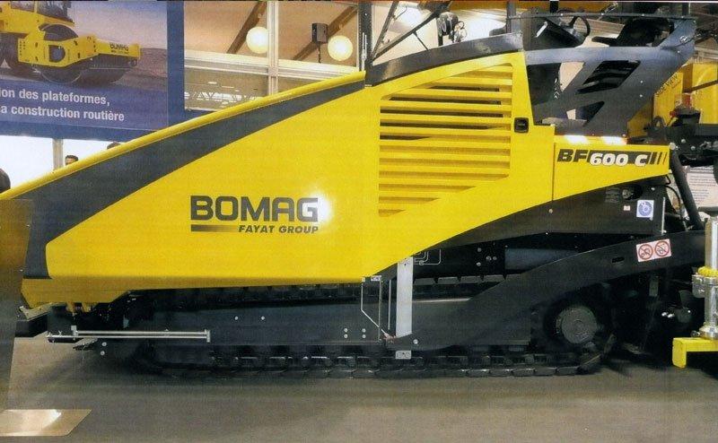 vista laterale di una finitrice cingolata  a marchio BOMAG