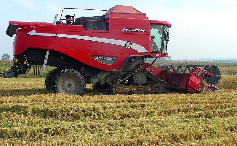 trattore mentre ara un campo