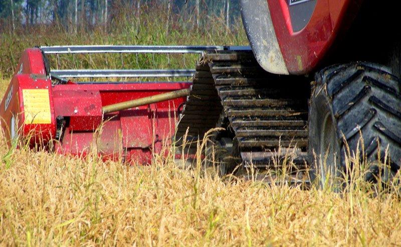 primo piano sulle ruote  di un trattore mentre ara il campo
