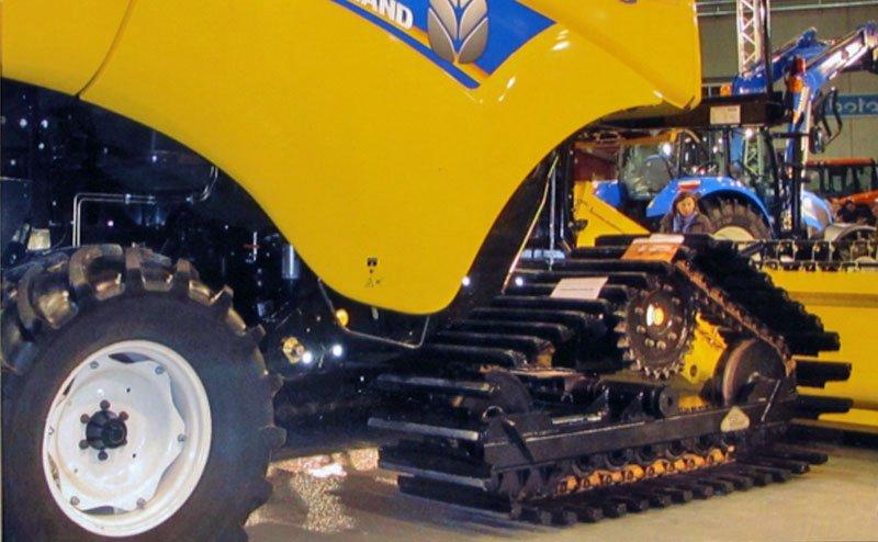 trattore cingolato con ruote montate in officina