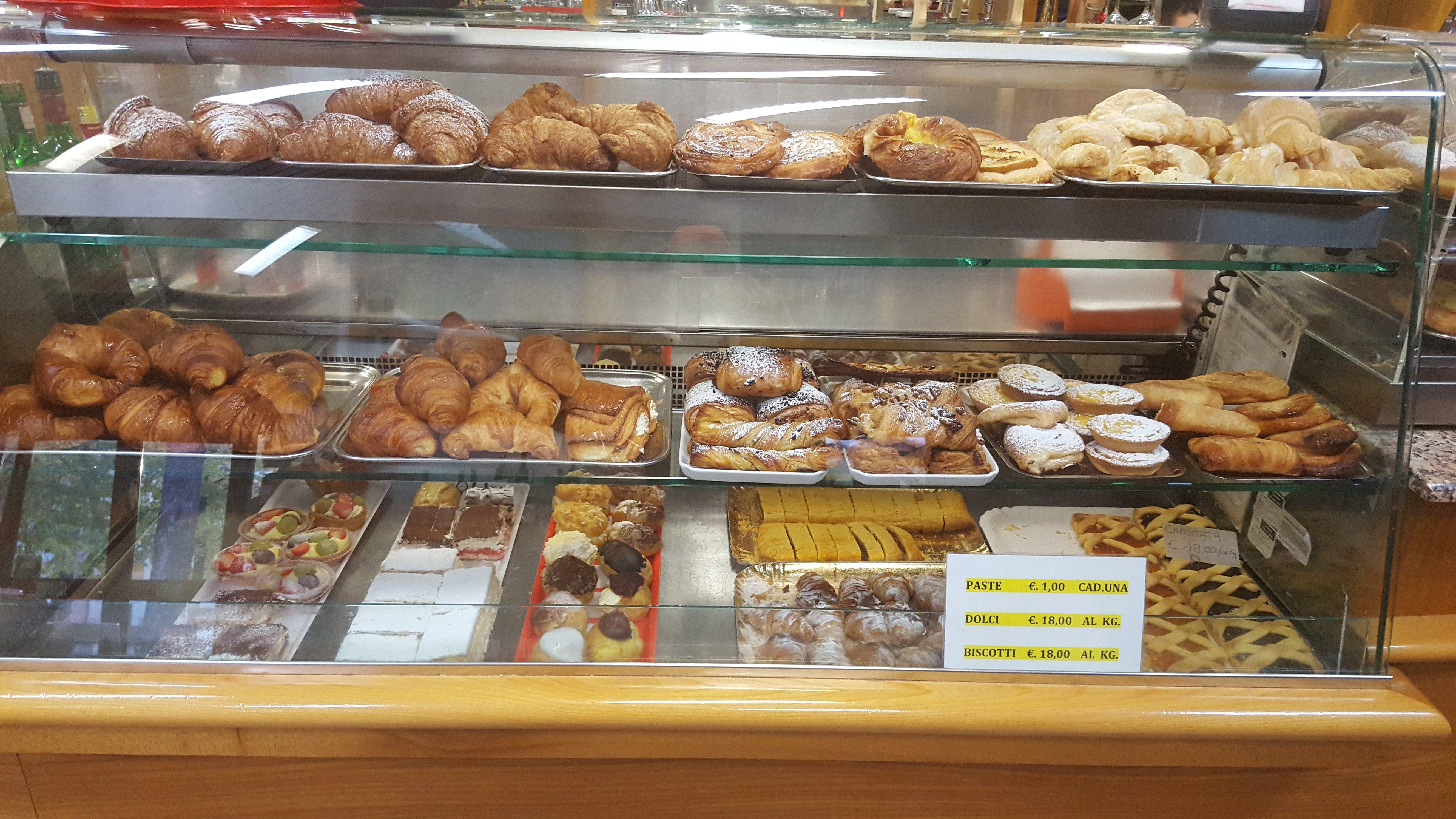 banco esposizione brioche torte e dolci