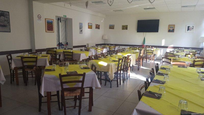 Interni della pizzeria Black Out a Prato