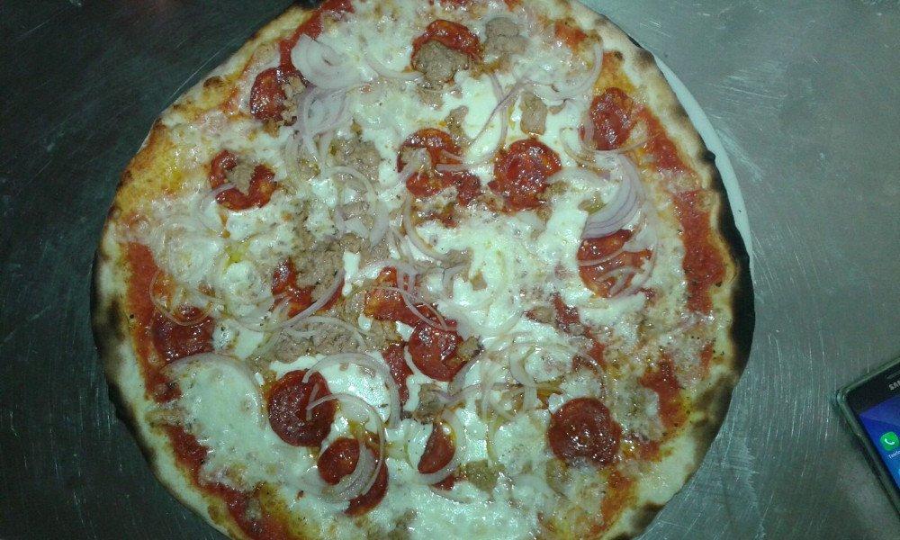 Pizza salame e cipolle a prato