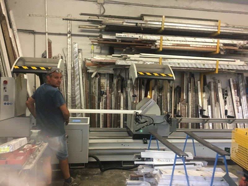 addetto alla lavorazione di serramenti in ferro