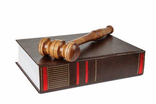 un libro e un martelletto del giudice