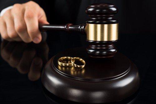 martelletto del giudice e fedi nuziali