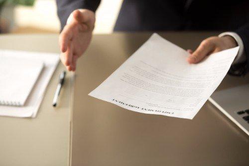 avvocato tiene in mano un contratto