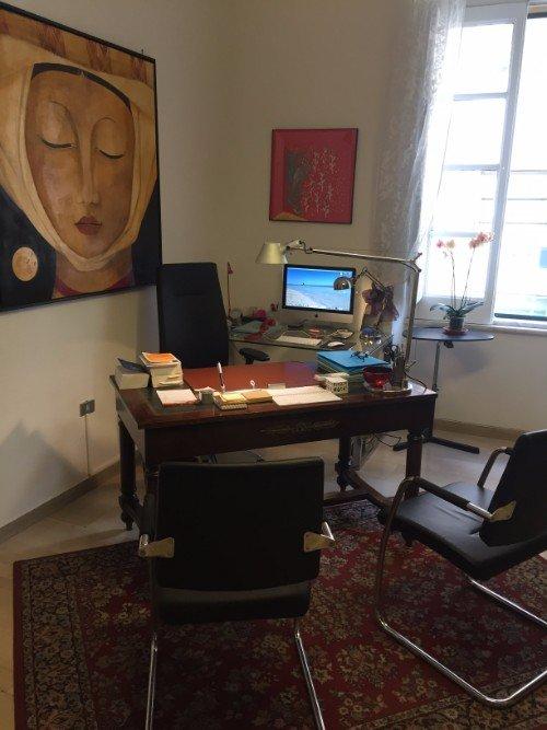 scrivania dello studio legale