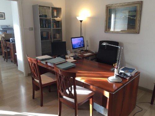 scrivania e sedie per i clienti all'interno di studio legale