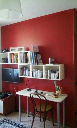 Parete in colore diverso per dar rislato a zona studio