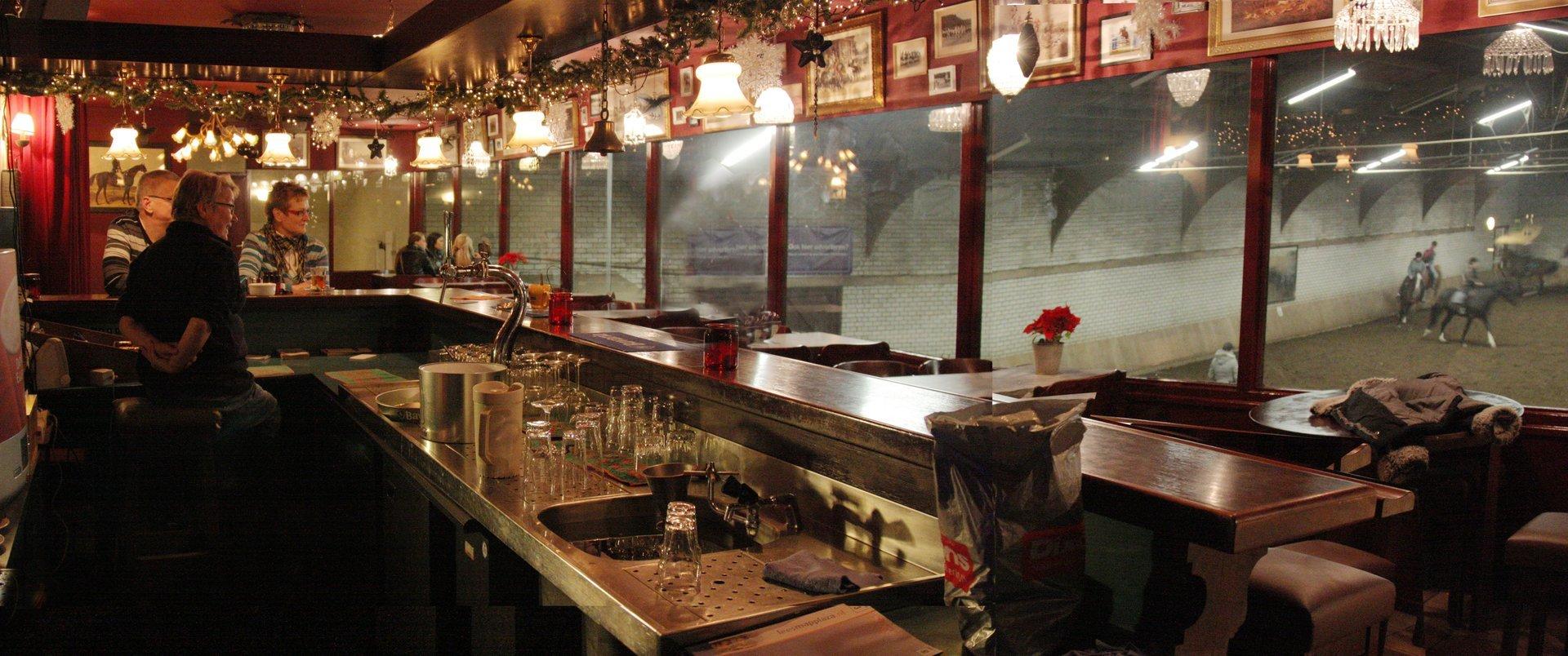 gezellige bar / kantine met uitzicht op de rijbak