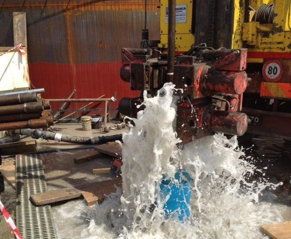 getto d'acqua durante una trivellazione