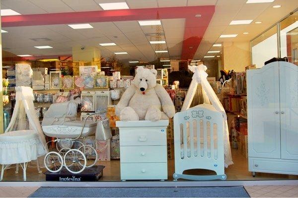 Culla,letto,cassettone,armadio,carrozzine e orso in colore bianco