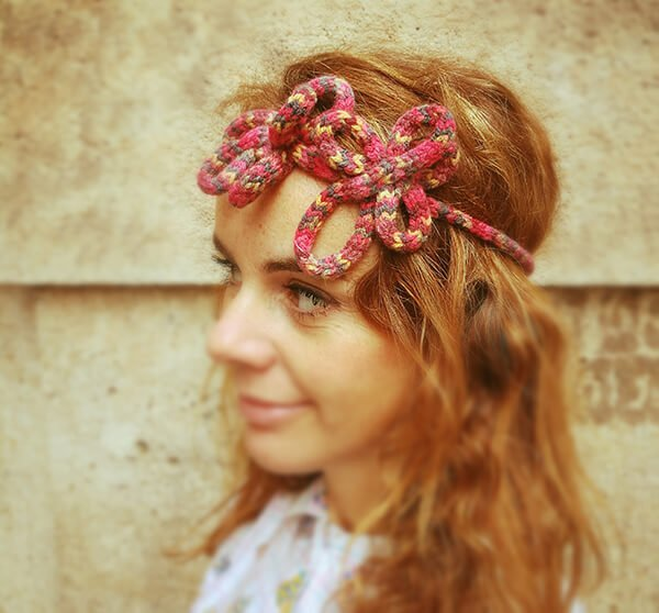 ragazza con accessorio vintage per capelli