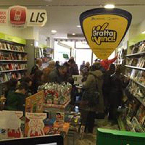 interno di una libreria con al centro allestimenti di giochi per bambini