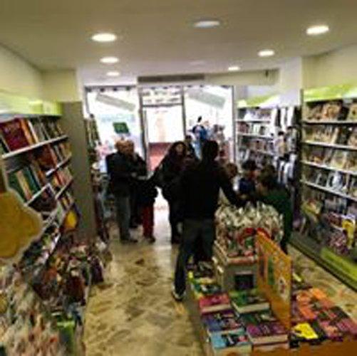 interno di una libreria con ai lati scaffali di libri