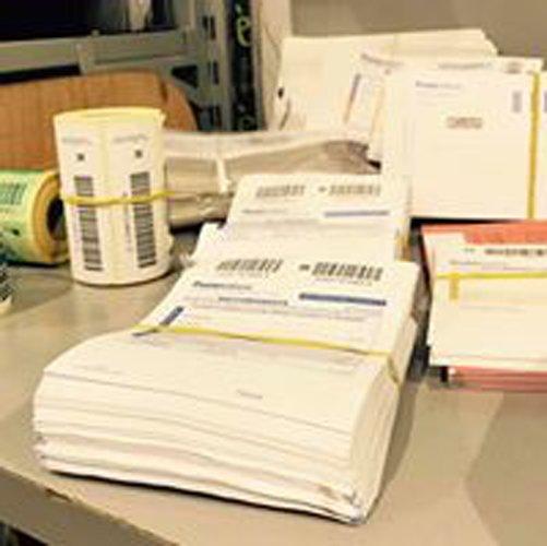 documenti e bobine di etichette su un tavolo