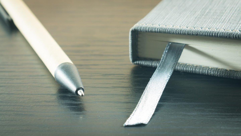 primo piano di una biro e di un segnalibro