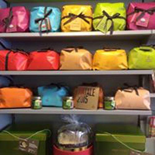 pacchi regalo colorati su scaffale