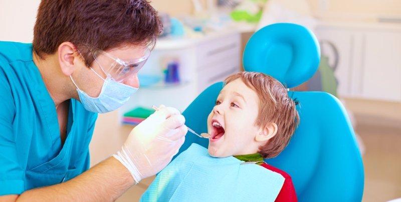 dentista visita un bambino