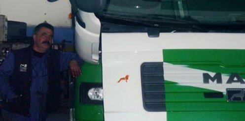 un meccanico accanto a un camion