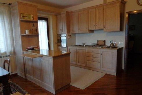 cucina con piano in marmo