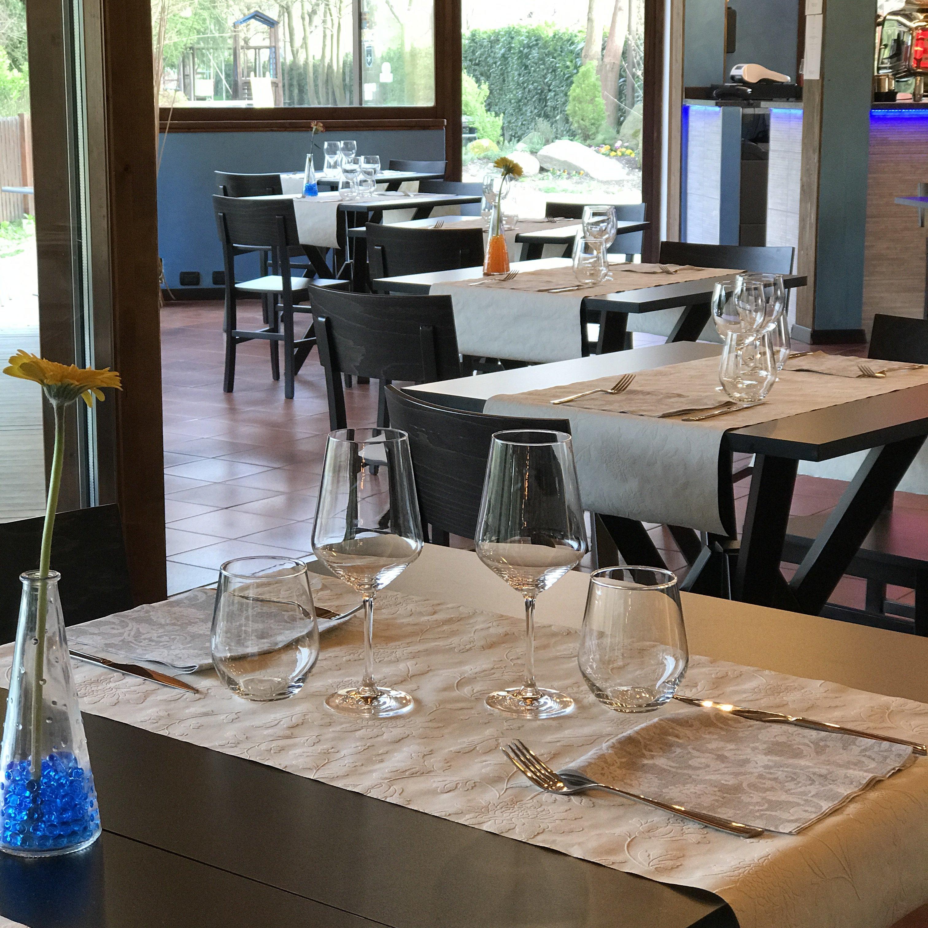 vista di due tavoli all'interno del ristorante