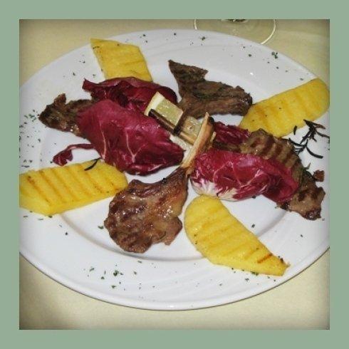 Secondo di costolette con foglie di radicchio e polenta.