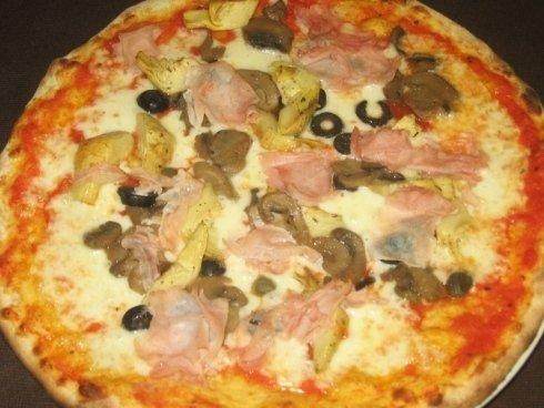 Gli ingredienti delle pizze sono acquistati da rivenditori locali di fiducia.