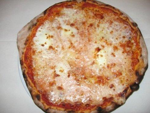 Una pizza margherita realizzata secondo la ricetta tradizionale.