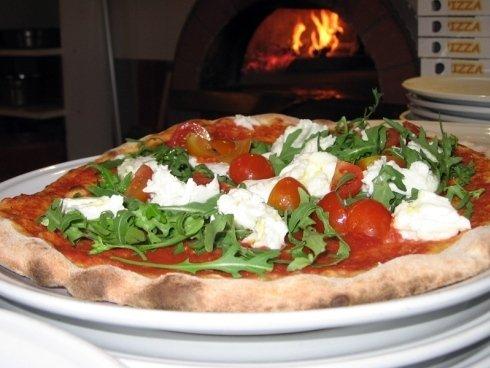 Alcune pizze sono condite con ingredienti crudi, dopo la cottura della base in forno.