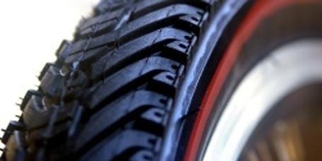 Auto-Reparatur-Service; Reifenabbau; Austausch von Reifen