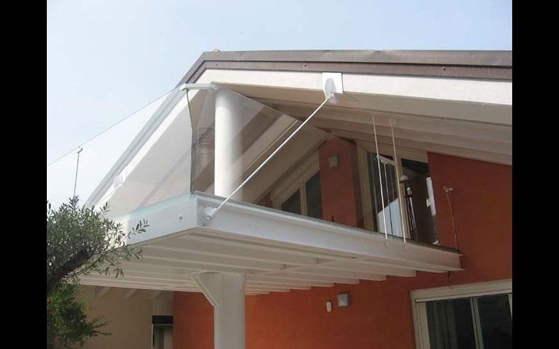 balustra in vetro e struttura  terrazzo bianco