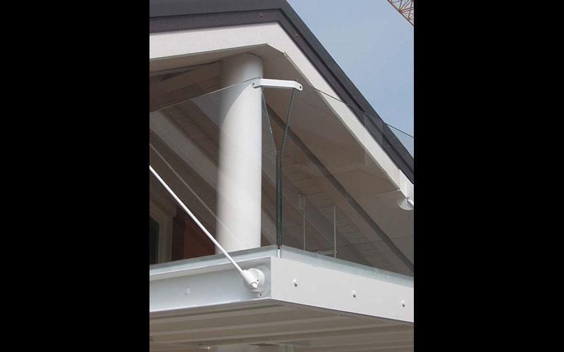 Particolare protezioni in vetro per terrazzo estrerno