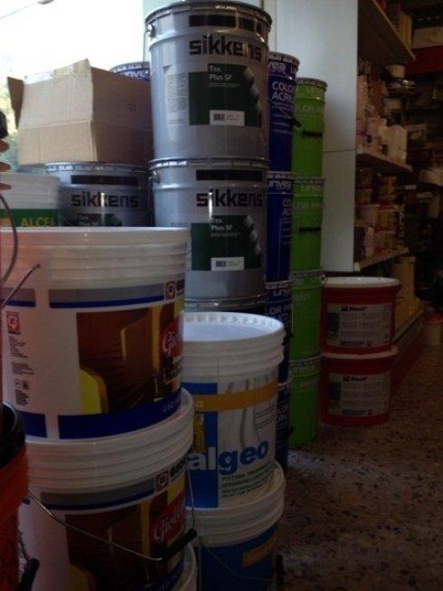 negozio di vernici, latte di pittura, secchi di vernice