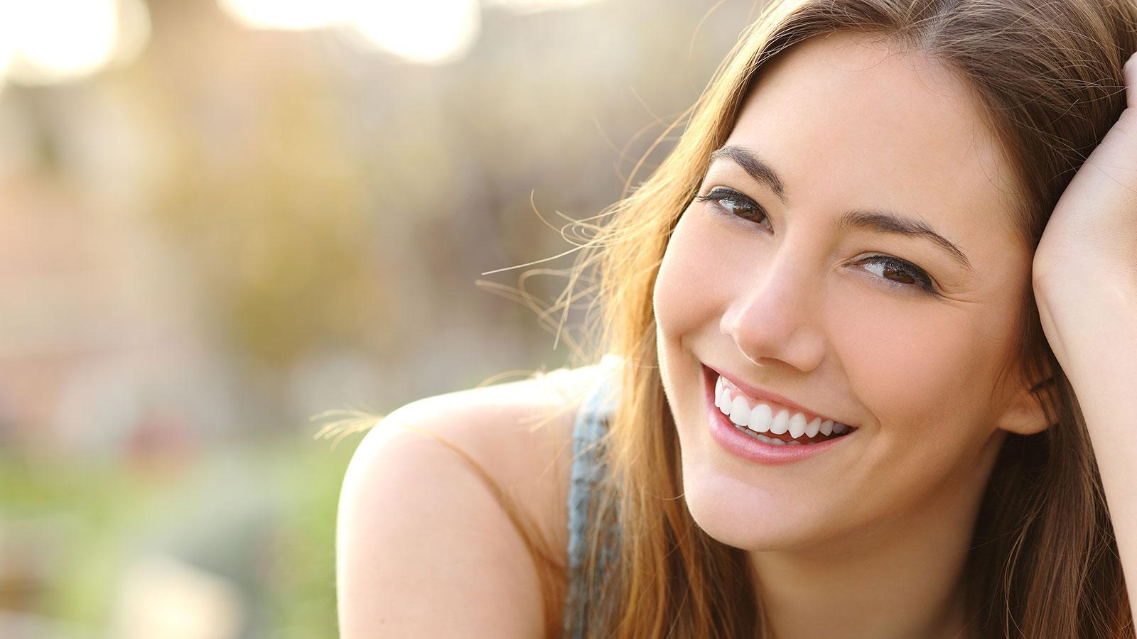 una donna con capelli castano scuro che sorride