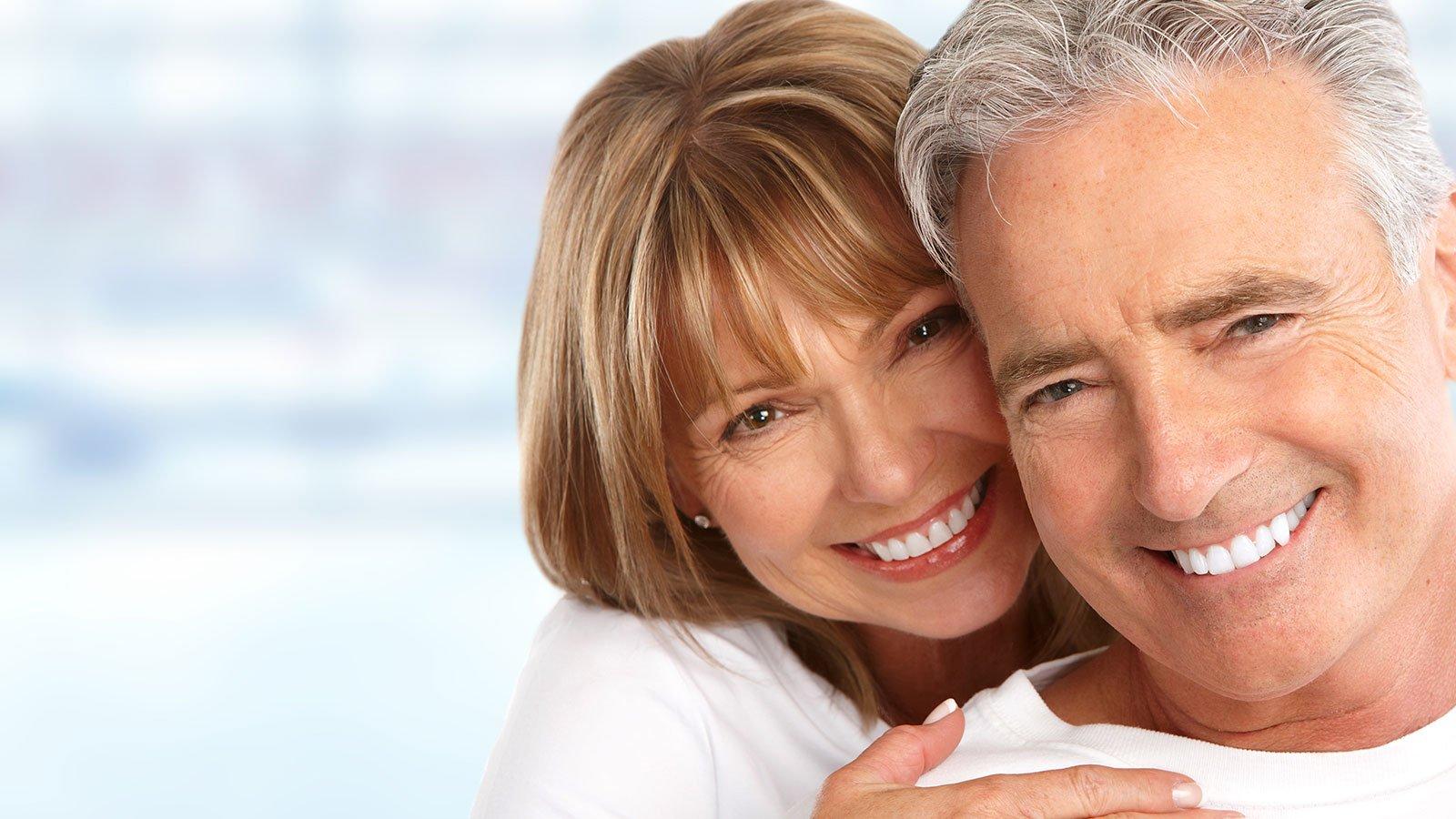 una coppia abbracciata mentre sorride