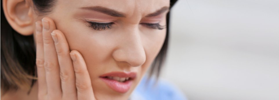 ragazza con dolore alla mascella