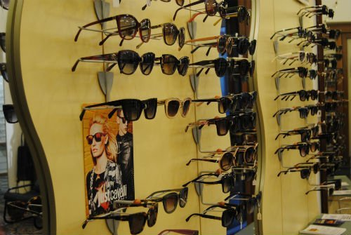 esposizione di tanti occhiali