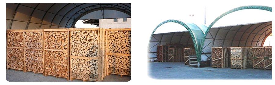 della legna dentro a degli scaffali di legno