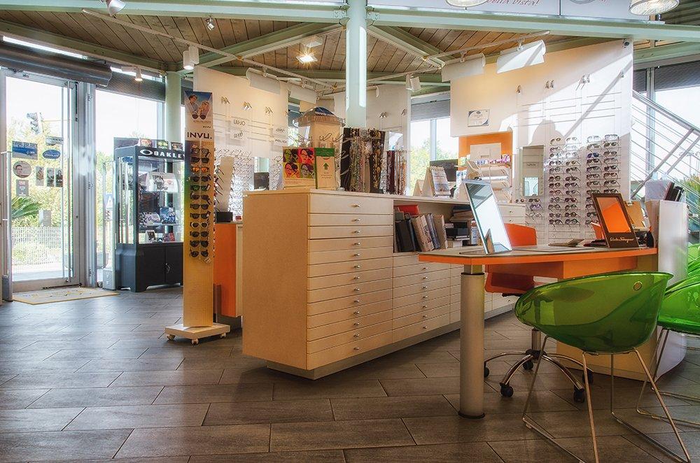 bancone del negozio con tavolino per consulenze
