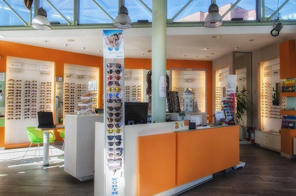 assortimento occhiali e prodotti oculistici