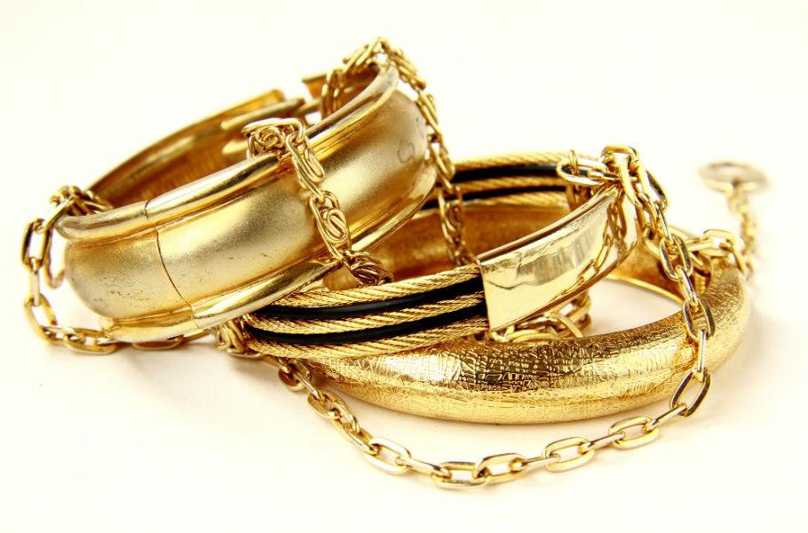 Tre braccialetti e una catenina d'oro