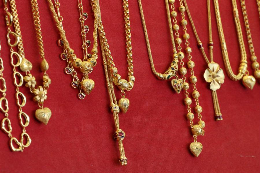 collane d'oro oro con ciondoli antichi