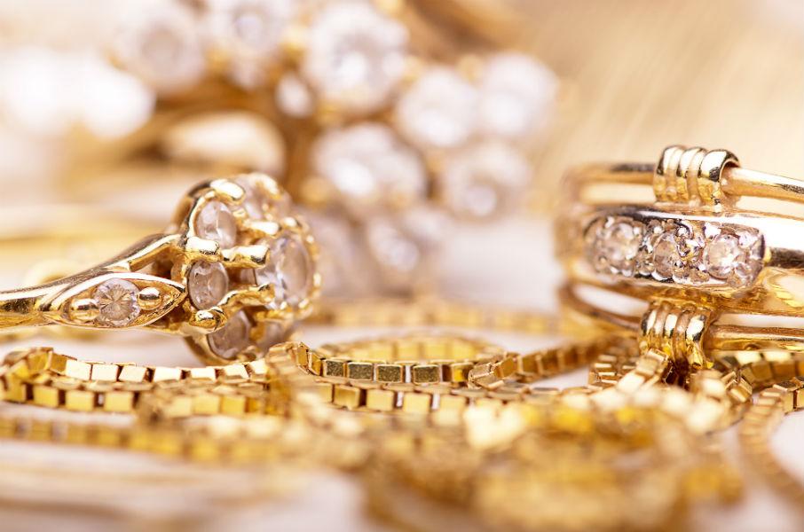 Catenine di oro e anelli d'oro e diamanti
