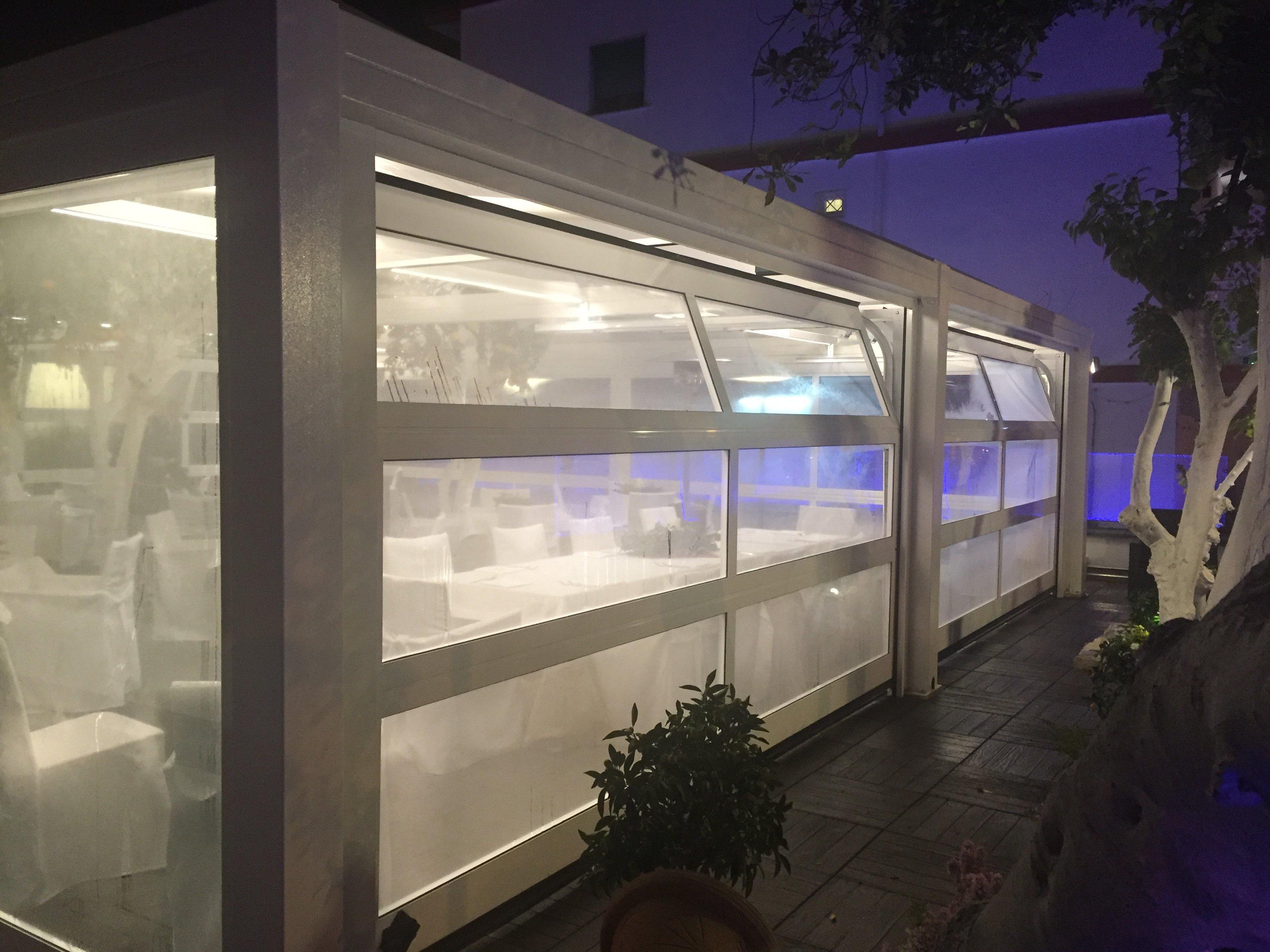 finestre di una casa vista di notte