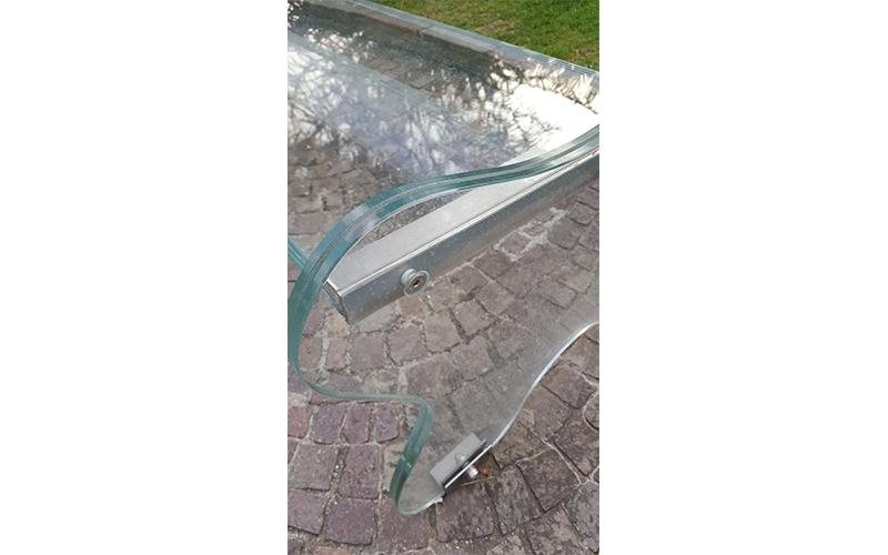 Panchina di vetro e acciaio